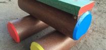 e) Stôl a kladinky sedenie