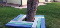 f) Sedenie okolo stromu
